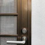 【勝手口に鍵をもう一つ付けて欲しい。】 扉を加工して補助錠 取付け。