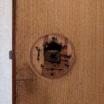 【鳥栖市 トイレの錠前がガタガタする。】 ネジが効かなくなっていたので、全く別の錠前に取替え。