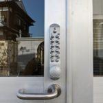 【基山 暗証番号錠 取付け】 シリンダータイプから扉を加工してテンキー錠取付け